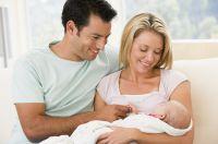 Die Keuchhusten-Impfung der Eltern kann das Baby vor der gefährlichen Erkrankung schützen. Deshalb Impfstatus überprüfen