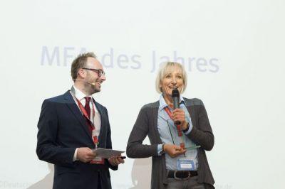 Arzthelferin des Jahres 2013 Silvia Wiesmüller mit Tim Egenberger, Geschäftsführer PKV Informationszentrum
