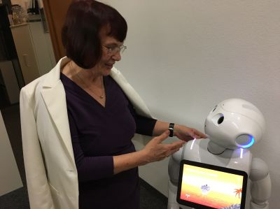Mutexpertin Edith Karl mit Roboter Pepper