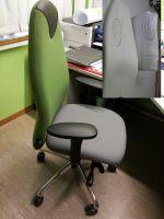 Ergonomischer Bürodrehtsuhl mit Einformung der Rückenlehne für Skoliose