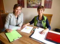 Christiane Wittig von Lightwork (li) befragt Petra Burkert (re) vom Lichtfunke Heilzentrum