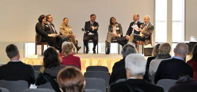 Prof. Dr. Günther Ochs (Mitte) moderierte in der Podiumsdiskussion des Regionalkongresses Gesundheit.  Foto: Klinikum Ingolstadt