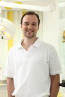 Zahnarzt Dr. med. dent. Henrik-Christian Hollay aus München gibt Tipps zur richtigen Parodontitisvorsorge und -behandlung