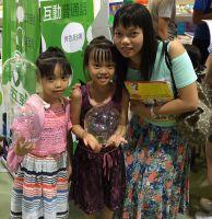 Maggie Wong (l.) besuchte die Hongkonger Buchmesse bereits zum zweiten Mal. Foto: HKTDC