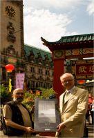 Achim Tsutsui (l.) und Matthias j. Marissal (r.) präsentieren den neuen DuMont Kunstkalender 2013 anlässlich der China Time 2012
