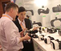 VR (Virtual Reality)-Brillen werden auf der Fachmesse von einer Reihe von Ausstellern präsentiert. Foto: HKTDC