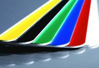 """Die glatte Hochglanzoberfläche der Aluminiumplatte """"Signicolor"""" ist in vielseitigen Farbtypen erhältlich. (Foto: Novelis)"""