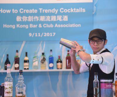 Auf der HKTDC Hong Kong Wine & Spirits Fair wurde auch das Mixen trendiger Cocktails gezeigt. Foto: HKTDC