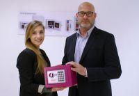 Knoxsafe bietet Sicherheitslösungen vom Tresor bis Türspion. Laura Micolucci und Matthias Banike zeigen das Model Phoenix Compact.