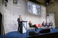 Dr. Erik Boska stellt die cunio App dem gesamten Auditorium des FEREF auf der Euro Finance Week 2017 vor.