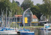Direkt am See gelegen ist die neue Segelschule des ADAC. (Foto: Wilkes Kunststoffe)