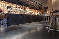 Der mit TRU PC von Korodur gefertigte Terrazzo-Boden fügt sich in das Ambiente mit gedämpftem Licht ein.