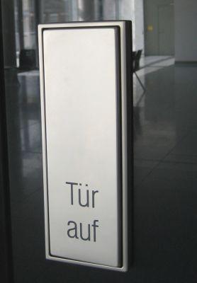 Schaltersystem LS 990 von Jung: Großflächentaster in Edelstahl. (Foto: Prinzing Elektrotechnik GmbH)