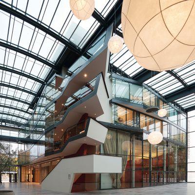 Die Glas-Sonderkonstruktion der JET-Gruppe über Foyer und Atrium des Botschaftsgebäudes in Berlin schafft einen hellen Innenraum.