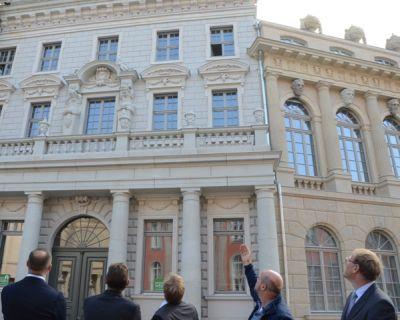 Potsdams Oberbürgermeister besichtigt mit den Investoren die Fassaden des Stadtschloss Ensembles. © Foto: Landeshauptstadt Potsdam
