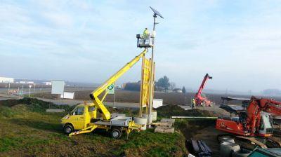 Solarbetriebene Kamera-Lösung zur Baustellendokumentation wird installiert und ausgerichtet.