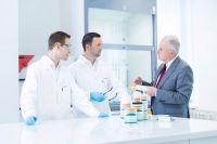 Mit herstellerneutraler Beratung zur optimalen Klebstoff-Lösung für anspruchsvolle industrielle Anwendungen