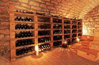 Weinlagerung im Weinregal aus Tuffstein von Neuschwander.