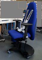 Ergonomischer Arbeitsstuhl mit feststellbarer Laufrollen-Bremse und Sicherheitsgurten bei Epilepsie