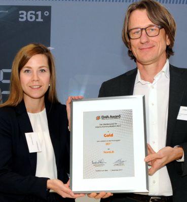 """EWA 2017-Gold für die Mitarbeiterzeitschrift """"361°"""" der NordLB und ihre Macher Daniela Grams sowie Thomas van Laak. Foto: IIK/Jo"""