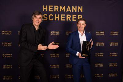 Hermann Scherer übergibt den Excellence Award an Christopher Wagner