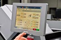 Die Touch&Work-Technologie verkürzt Rüstzeiten und erleichtert bei komplexen Falzarbeiten die präzise Positionierung der Rillwerkz
