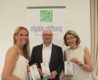 Spendenaufruf mit Flyern (v. li.): Agenturchefin Fiona J. Beenker, Medienunternehmer Heinz Wurzel und Dr. Stefanie Schuster, Präsi