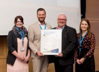 Christoph Ziller, Leiter Kundenbetreuung (2.v.l.) nahm die Auszeichnung von Michael Weppler (TÜV Rheinland AG; 2.v.r.) entgegen.