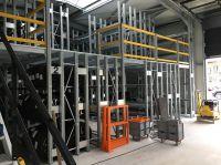 Die individuell angepasste, zweigeschossige Regalanlage mit jeweils drei Reifenebenen im Erd- und Obergeschoss hat Platz für mehr