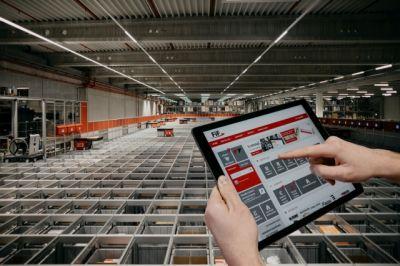 Über das Warenwirtschaftssystem und die AutoStore-Routing-Software entnehmen die Roboter die Lagerbehälter mit den Artikeln.