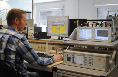 EMH erhält DAkkS-Akkreditierung zur Kalibrierung von Stromtrennwandlern ICT