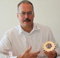 """Andreas Riess mit einem Schneidrad eines """"Muffin Monsters""""."""