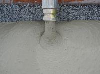 Pumpen des Vergussbetons durfill in eine Maschinenkonstruktion