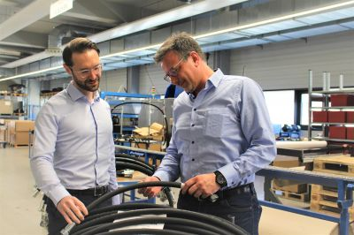 Christian Rauh (links), Geschäftsführer der RAUH Hydraulik GmbH, mit Key Account Manager Andreas Laubsch