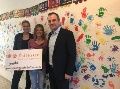 Sarah Opitz und Lars Tams übergeben 5000 Euro an das Kinder- und Jugendhospiz Balthasar in Olpe.