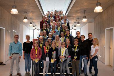 Die Teilnehmer bei Bits & Burgers (Treppe, mitte) mit dem d.velop-Orgateam (links und rechts)