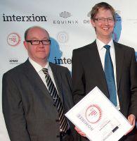 von rechts: Geschäftsführer Andreas Kordwig und Datenschutzexperte Oliver Kunert mit der eco Award Nominierungsurkunde