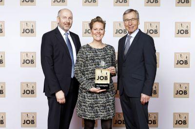 Ex-Bundeswirtschaftsminister Wolfgang Clement (r.) gratuliert Personalleiterin Stephanie Philipp und Geschäftsführer Bernd Hesse