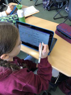 Schülerin arbeitet mit Stift am Endgerät