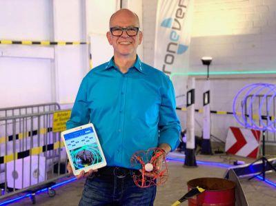 Ralph Kamp, CEO von dronevent, präsentiert die neue Online-Fernsteuerung für Drohnen-Rennen im hauseigenen Hindernis-Parcours