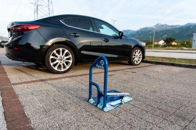 Der smarte Parklio-Parkbügel überzeugt durch seine einfache und komfortable Handhabung. Foto: Maibach VuS