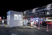 Im ELA Pförtnercontainer am Flughafen Düsseldorf behalten die Mitarbeiter den Parkbetrieb im Blick.