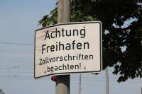 Seit dem 1. Januar 2013 nur noch Vergangenheit: Altes Hinweisschild im aufgehobenen Hamburger Freihafen