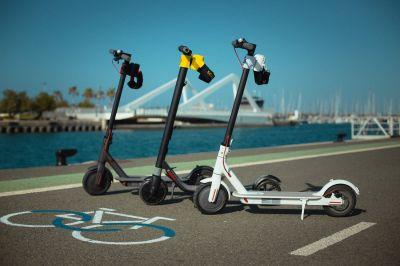 Skroller wird an der E-Scooter-Lenkstange befestigt und um die Taille herum angebracht.