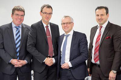 Offizielle Vertragsunterschrift (v.l.n.r.): H. Sdunnus, R. Westerkamp (etamax space); Prof. Dr. S. Pischinger, S. Sagur (FEV)