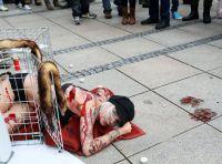 Anti-Pelz-Aktionen vor Breuninger in Stuttgart: Tattoo Model Sandy P. Peng demonstriert im Käfig vor Warenhaus