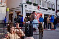 Anti-Pelz-Demo vor Breuninger in Leipzig: Aktivist demonstriert im Käfig vor Warenhaus sowie Tatort-Aktion