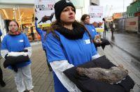 Aufsehenerregende Aktion in Düsseldorf: 15 Aktivisten demonstrierten mit toten Tieren vor Warenhaus Breuninger