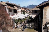 Der Innenhof des Weingutes Lageder füllt sich mit Besuchern der Summa 2019 - (c) Jörg Bornmann