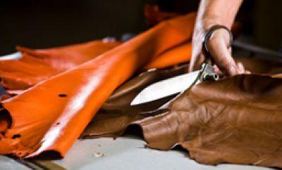 Zuschneiden des Leders mit einer Lederschere